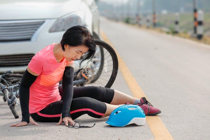 Accident de voiture d'accidents avec la bicyclette sur la route images libres de droits