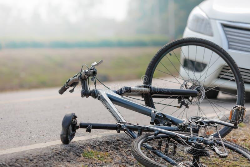 Accident de voiture d'accidents avec la bicyclette sur la route image libre de droits