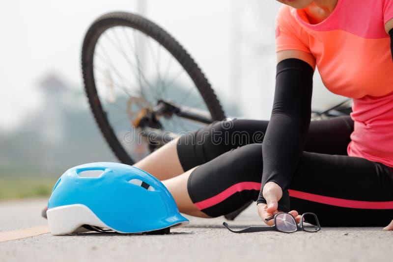 Accident de voiture d'accidents avec la bicyclette sur la route photo libre de droits