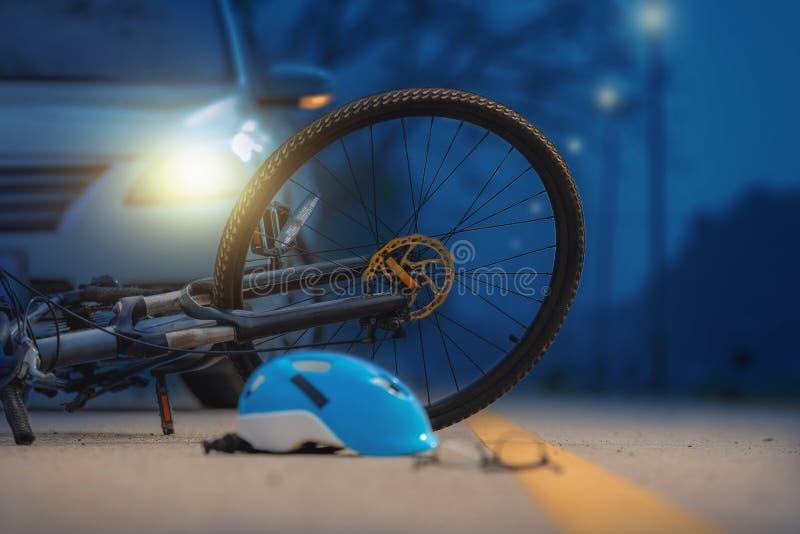 Accident de voiture d'accidents avec la bicyclette sur la route photos libres de droits