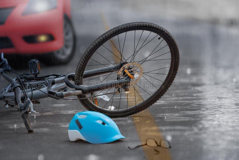 Accident de voiture d'accidents avec la bicyclette sur la route, jour pluvieux photo libre de droits