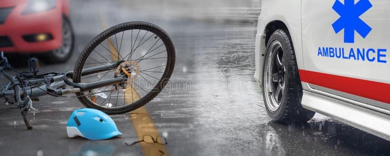 Accident de voiture d'accidents avec la bicyclette sur la route, jour pluvieux photos libres de droits
