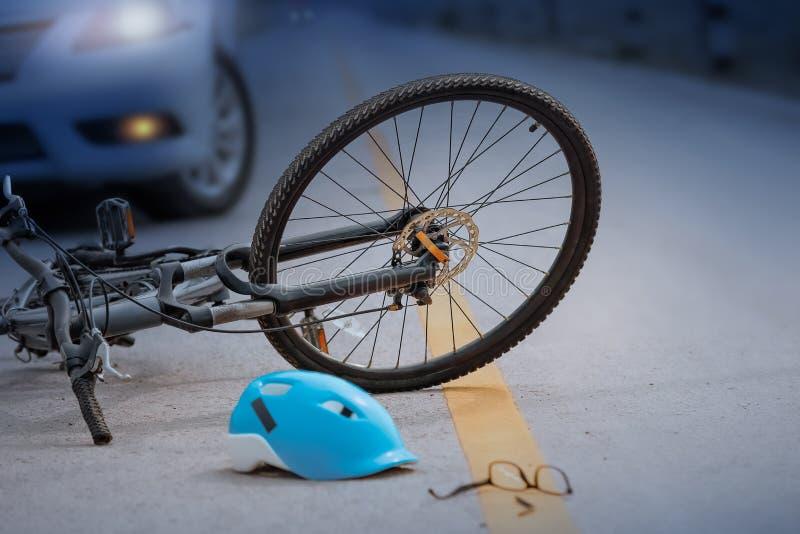 Accident de voiture d'accidents avec la bicyclette sur la route, nuit photos stock
