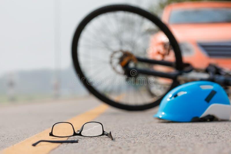 Accident de voiture d'accidents avec la bicyclette sur la route parce que conduite en état d'ivresse photos libres de droits