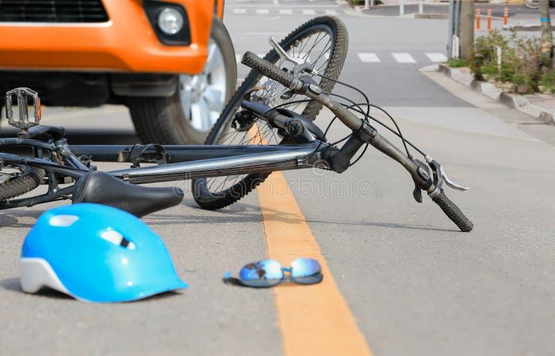 Accident de voiture d'accidents avec la bicyclette sur la rue photo libre de droits