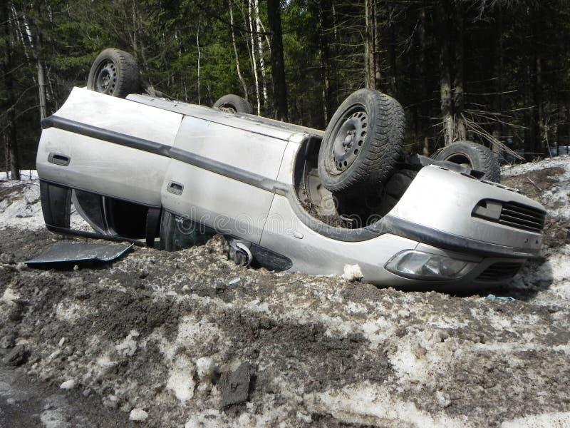Accident de voiture, voiture retournée L'accident s'est produit pendant l'hiver sur une route glissante image libre de droits