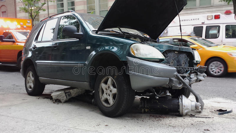 Accidente auto con la boca de incendios imagenes de archivo