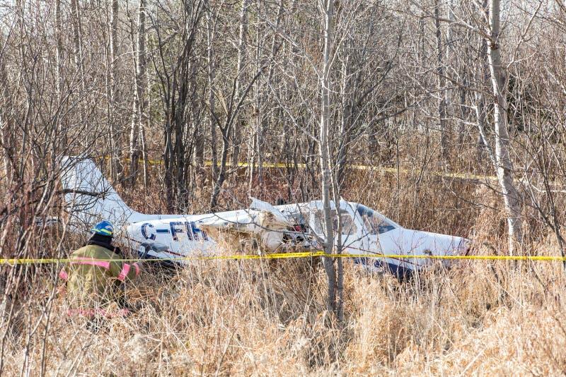 Accidente de avión ligero cerca de la carretera imágenes de archivo libres de regalías