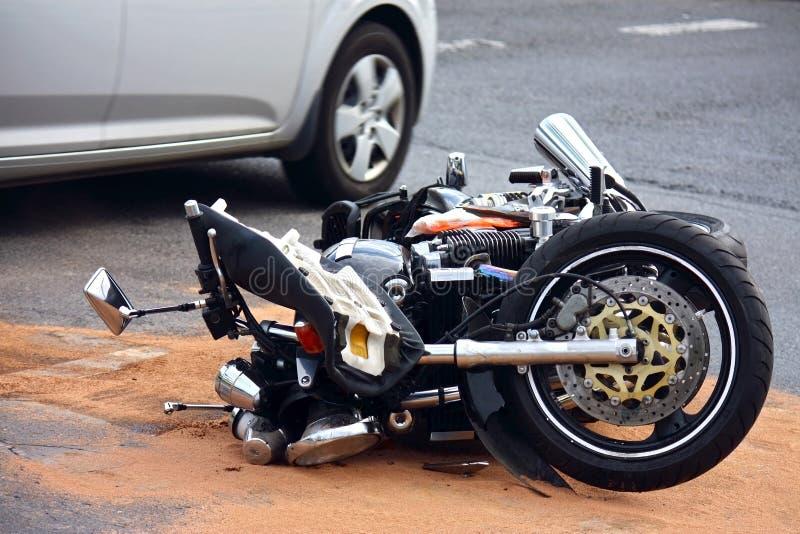 Accidente de la moto en la calle de la ciudad fotografía de archivo libre de regalías