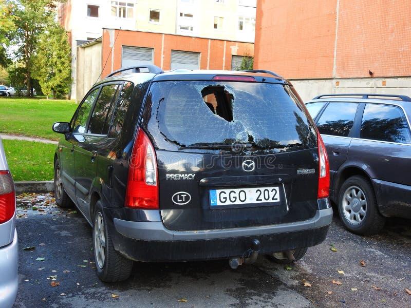 Accidente de tráfico con el parabrisas quebrado en el extremo, Lituania imagen de archivo