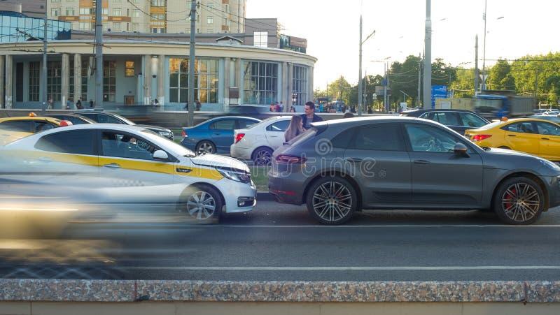 Accidente de tráfico que implica el taxi y el coche en el camino imagen de archivo