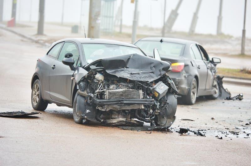 Accidente del choque de coche en la calle, automóviles dañados después de la colisión en ciudad imágenes de archivo libres de regalías