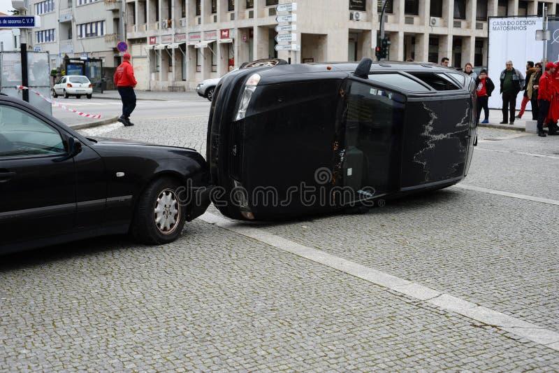 Accidente del desplome del camino envolving dos coches fotografía de archivo