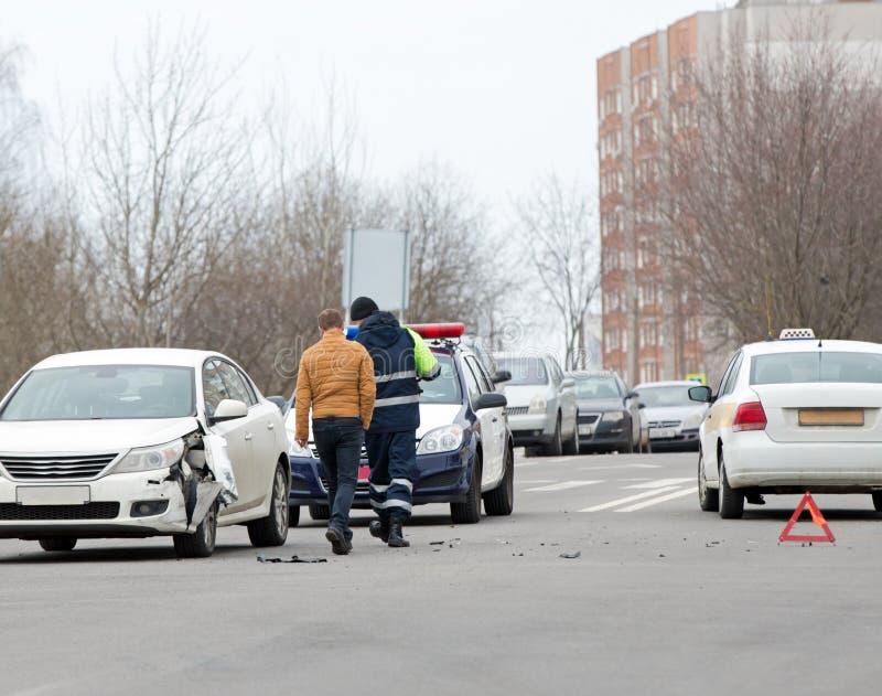 Accidente del desplome de coches en el camino de ciudad fotos de archivo