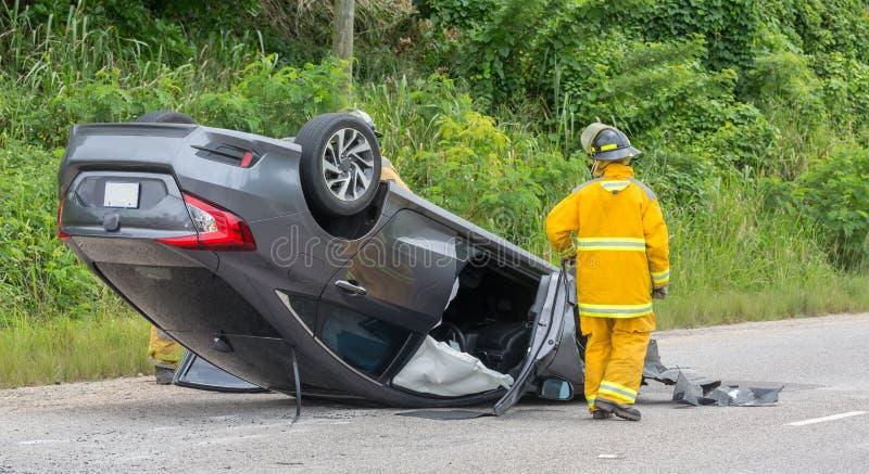 Accidente del vehículo con la asistencia de los personales de la emergencia fotos de archivo libres de regalías