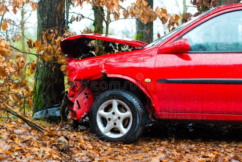 Accidente - el coche causó un crash en árbol imagenes de archivo