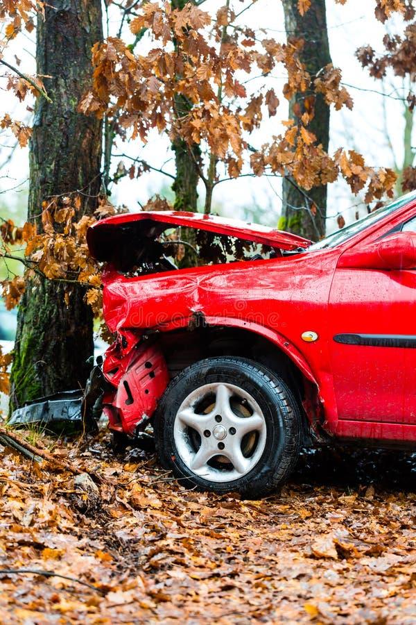 Accidente - el coche causó un crash en árbol imágenes de archivo libres de regalías