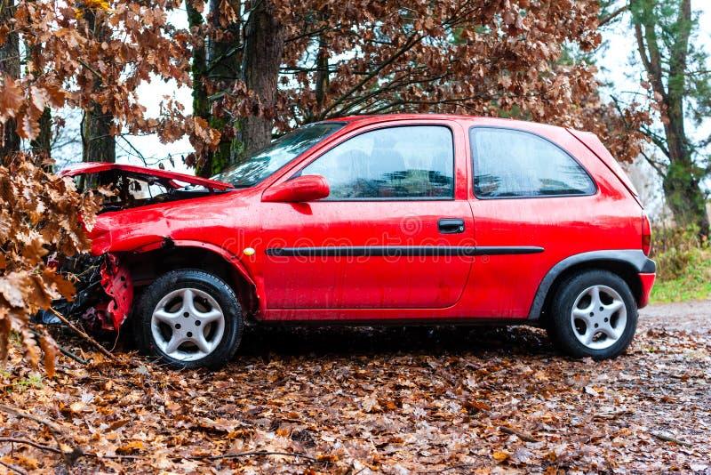 Accidente - el coche causó un crash en árbol fotos de archivo
