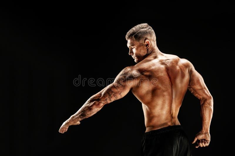 Accidente plano Hombre musculoso de la aptitud en fondo oscuro fotos de archivo libres de regalías