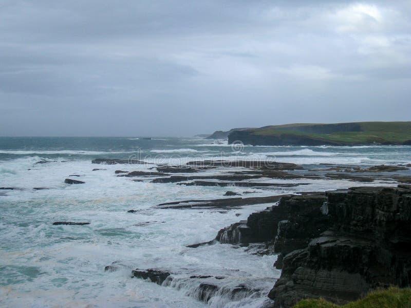 Accidents atlantiques de bosse dans la terre le long de la manière atlantique sauvage photo stock