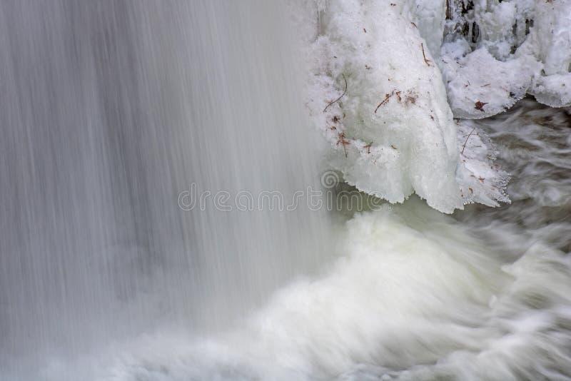 Accidents de l'eau à la base de la cascade glaciale image libre de droits