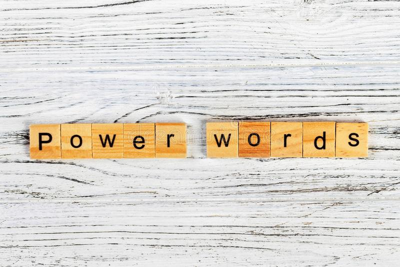 accione la palabra de las palabras hecha con concepto de madera de los bloques imagenes de archivo