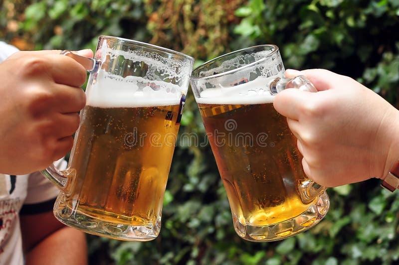 Acclamations avec des bières image stock