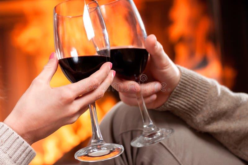 Acclamations de vin rouge photo stock