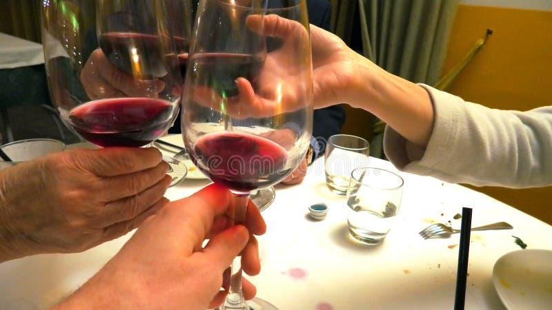 Acclamations en verre de vin rouge image libre de droits