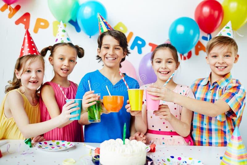 Acclamazioni al ragazzo di compleanno! fotografie stock