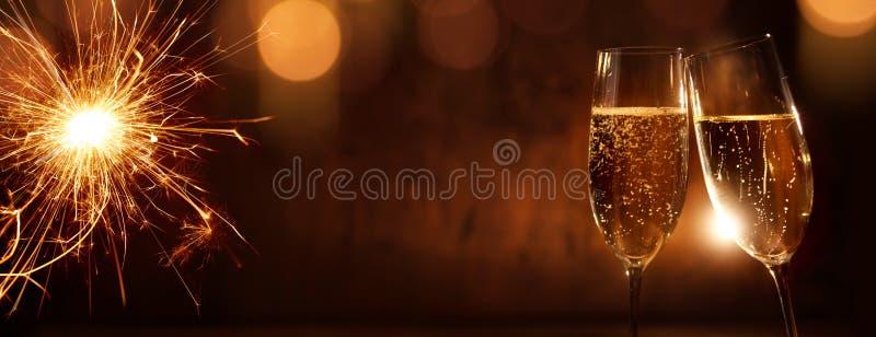 Acclamazioni con champagne per il nuovo anno fotografie stock libere da diritti
