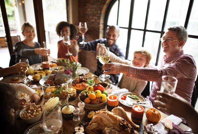 Acclamazioni della gente che celebra concetto di festa di ringraziamento fotografia stock