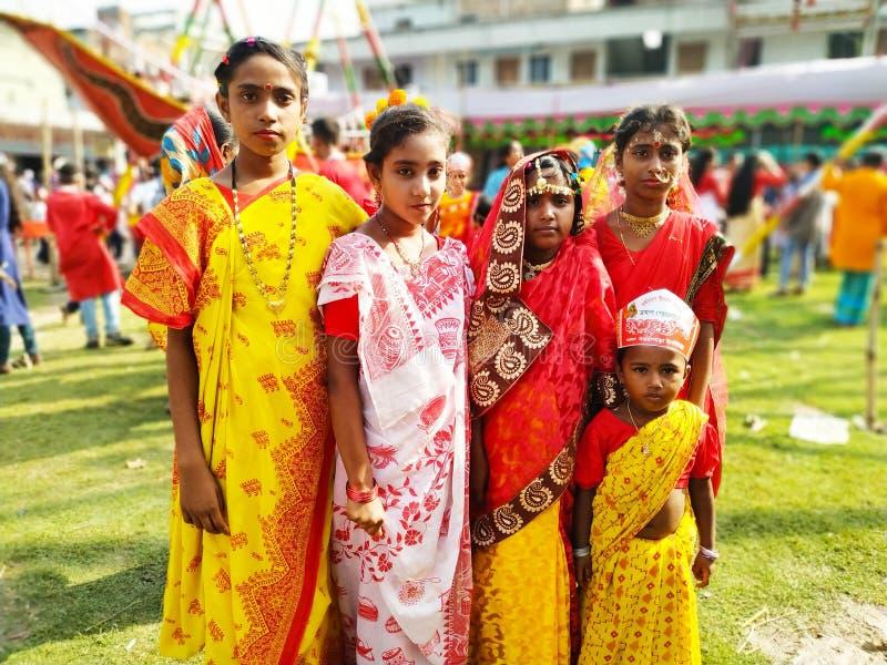 Accogliendo favorevolmente o celebrando il nuovo anno del bengalese portando il vestito operato ed avendo tradizionale alzi fotografia stock