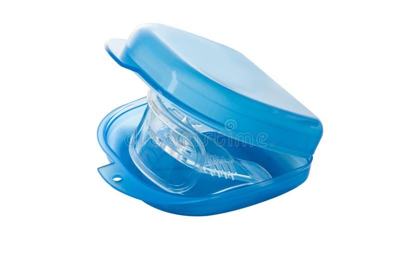 Accolades d'Inivisalign ou sourire de dispositif d'alignement beau et dents blanches images libres de droits