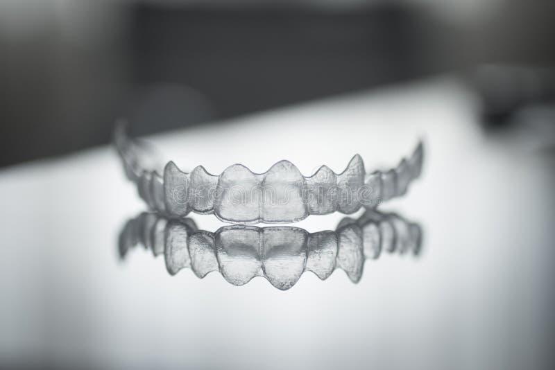 Accolades dentaires invisibles de plastique de dent de parenthèses de dents image stock