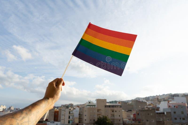 Accompagner d'un bras et tenir un drapeau arc-en-ciel, soutenir la communauté LGBTQ Identité sexuelle pour une discrimination soc photographie stock