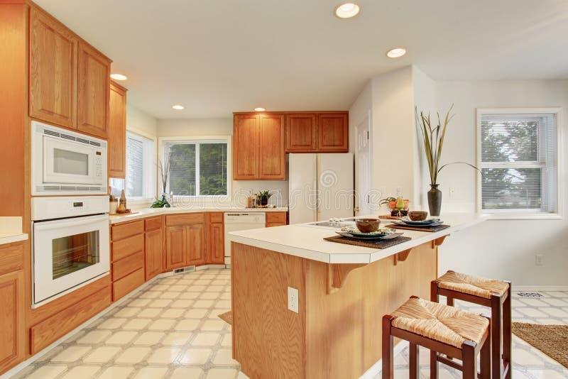 Accomplissez la cuisine avec le plancher de tuiles photo libre de droits