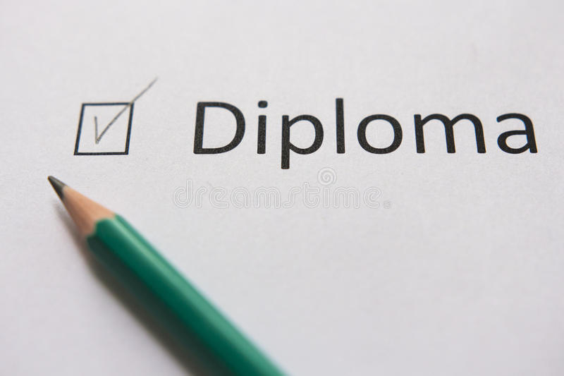 Accomplissez la formation, obtenez le diplôme Pour accomplir a fixé le but le mot DIPLOME est écrit sur le livre blanc au crayon, photo stock