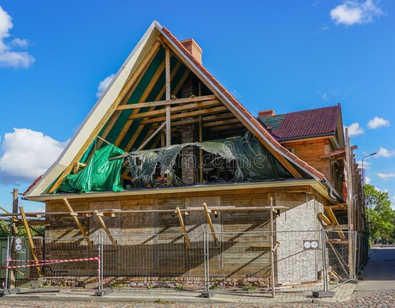 Accomplissez la reconstruction de la vieille maison en bois dans la ville photo libre de droits