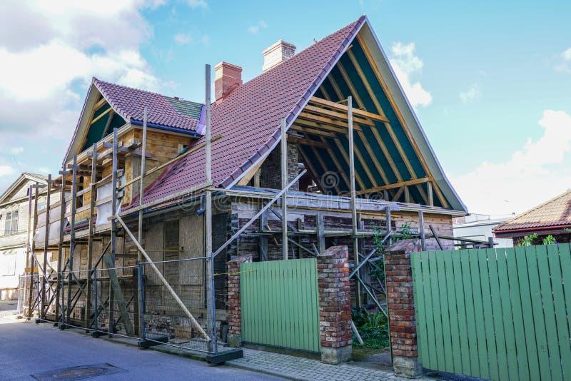 Accomplissez la reconstruction de la vieille maison en bois dans la ville images libres de droits
