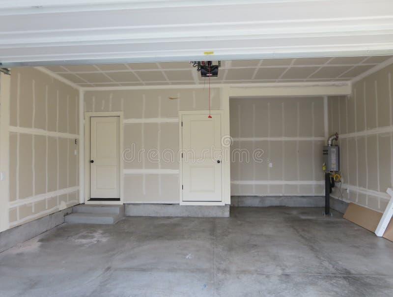 Accomplissez le garage d'une maison en bois image stock