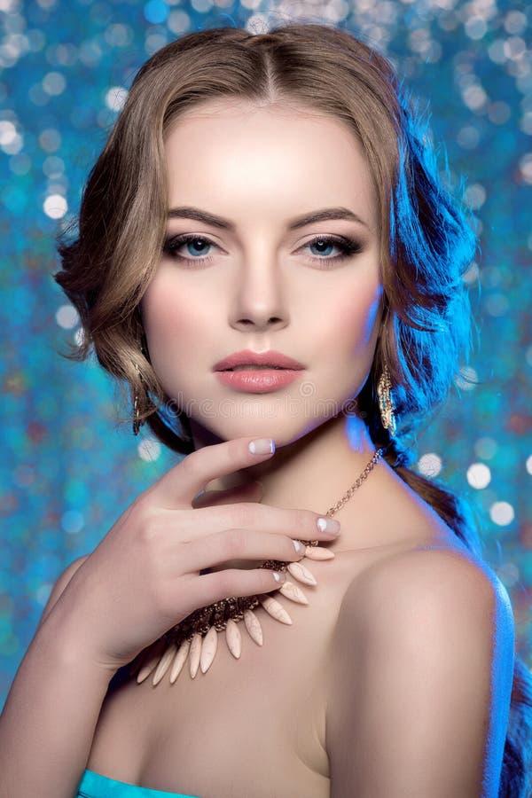 Acconciatura alla moda di trucco splendido di bellezza del modello della donna di inverno voi fotografia stock