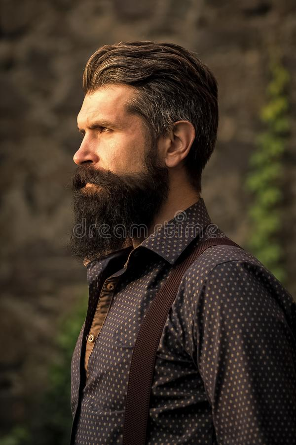 Acconciatura alla moda di una barba Uomo barbuto alla moda all'aperto fotografie stock