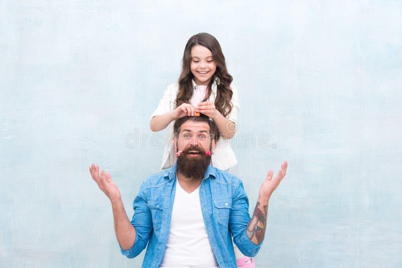 Acconciatura del cambiamento Con la dose sana di apertura tutto il papà può eccellere ad alzare la ragazza Crei l'acconciatura di immagine stock libera da diritti