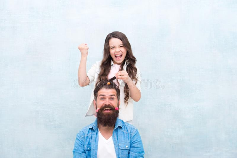 Acconciatura del cambiamento Crei l'acconciatura divertente Bambino che fa acconciatura che disegna la barba del padre Essere gen fotografie stock