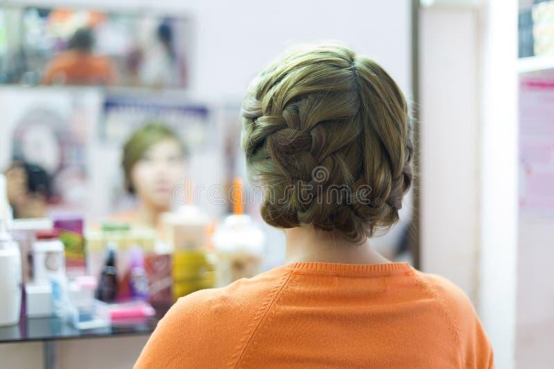 Acconciatura di designazione creativa della sposa dei capelli lunghi della treccia della donna fotografie stock libere da diritti