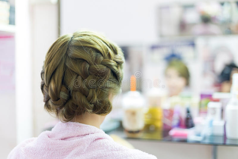 Acconciatura di designazione creativa della sposa dei capelli lunghi della treccia della donna fotografia stock libera da diritti