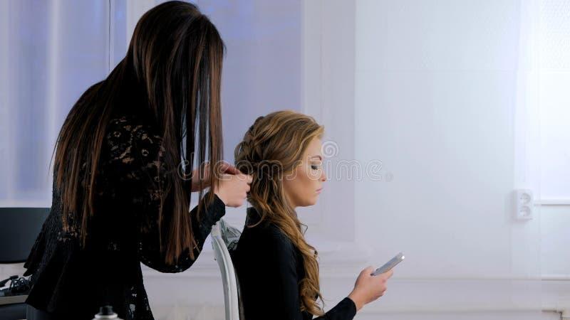 Acconciatura di rifinitura del parrucchiere per il cliente fotografia stock