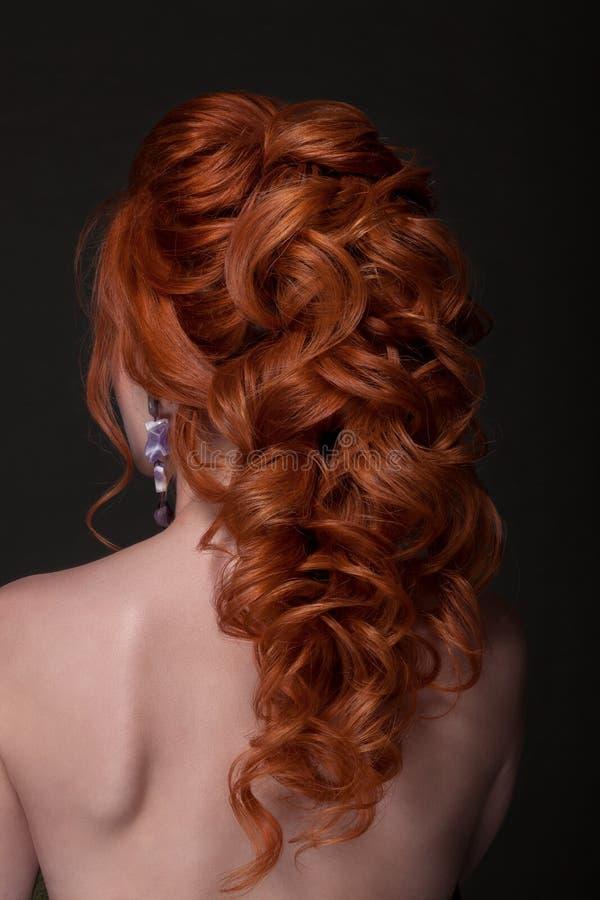 Acconciature della foto dai capelli rossi su un fondo nero fotografia stock libera da diritti