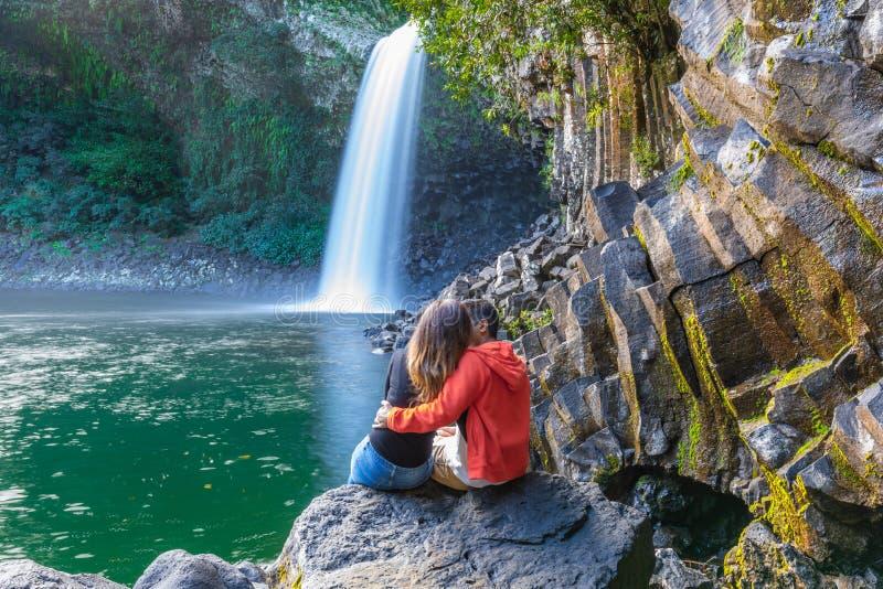 Accoppi baciare sotto la cascata di Paix della La di Bassin in Reunion Island immagini stock